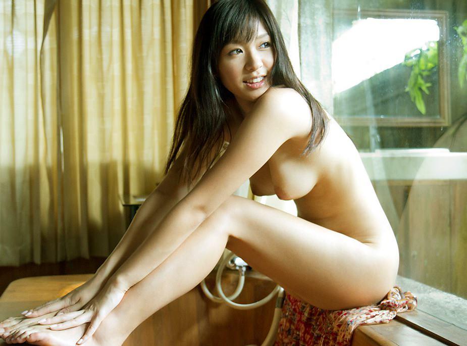 ヌードのまま体育座りするエッチなポーズ (14)