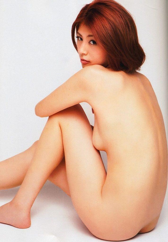 ヌードのまま体育座りするエッチなポーズ (18)