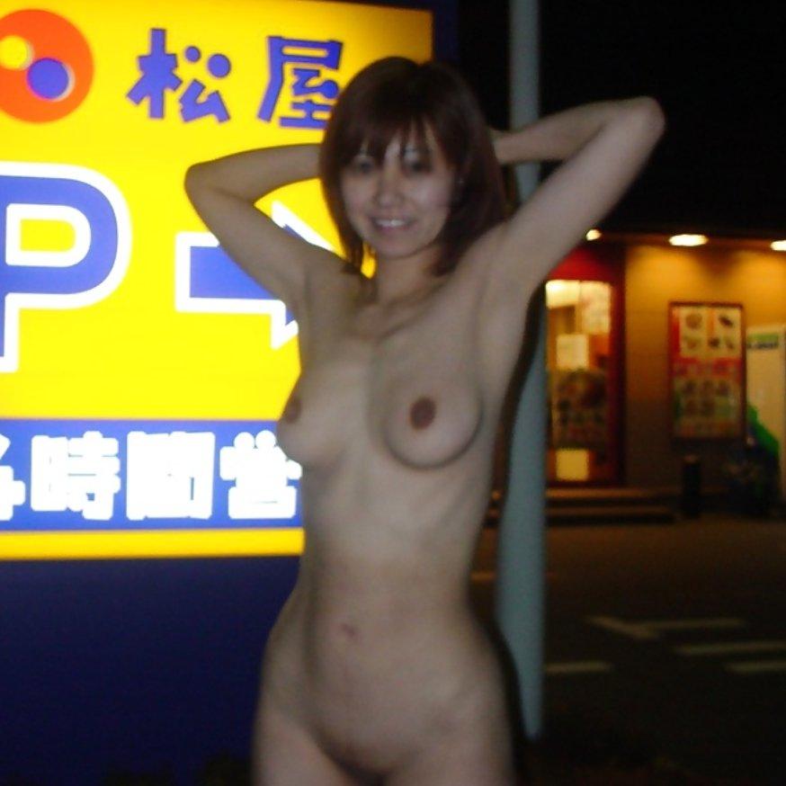 満面の笑顔で野外露出しちゃう素人さん (4)