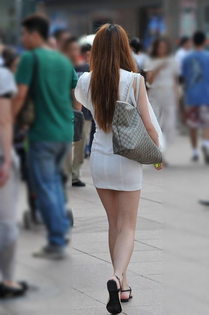 タイトスカートで尻や体のラインを強調する素人さん (9)