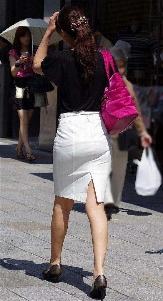 タイトスカートで尻や体のラインを強調する素人さん (16)