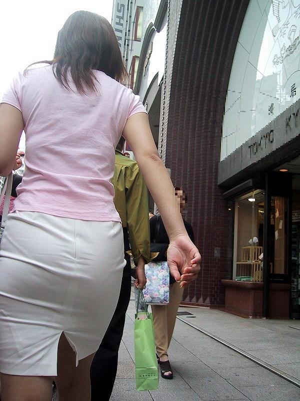 タイトスカートで尻や体のラインを強調する素人さん (17)