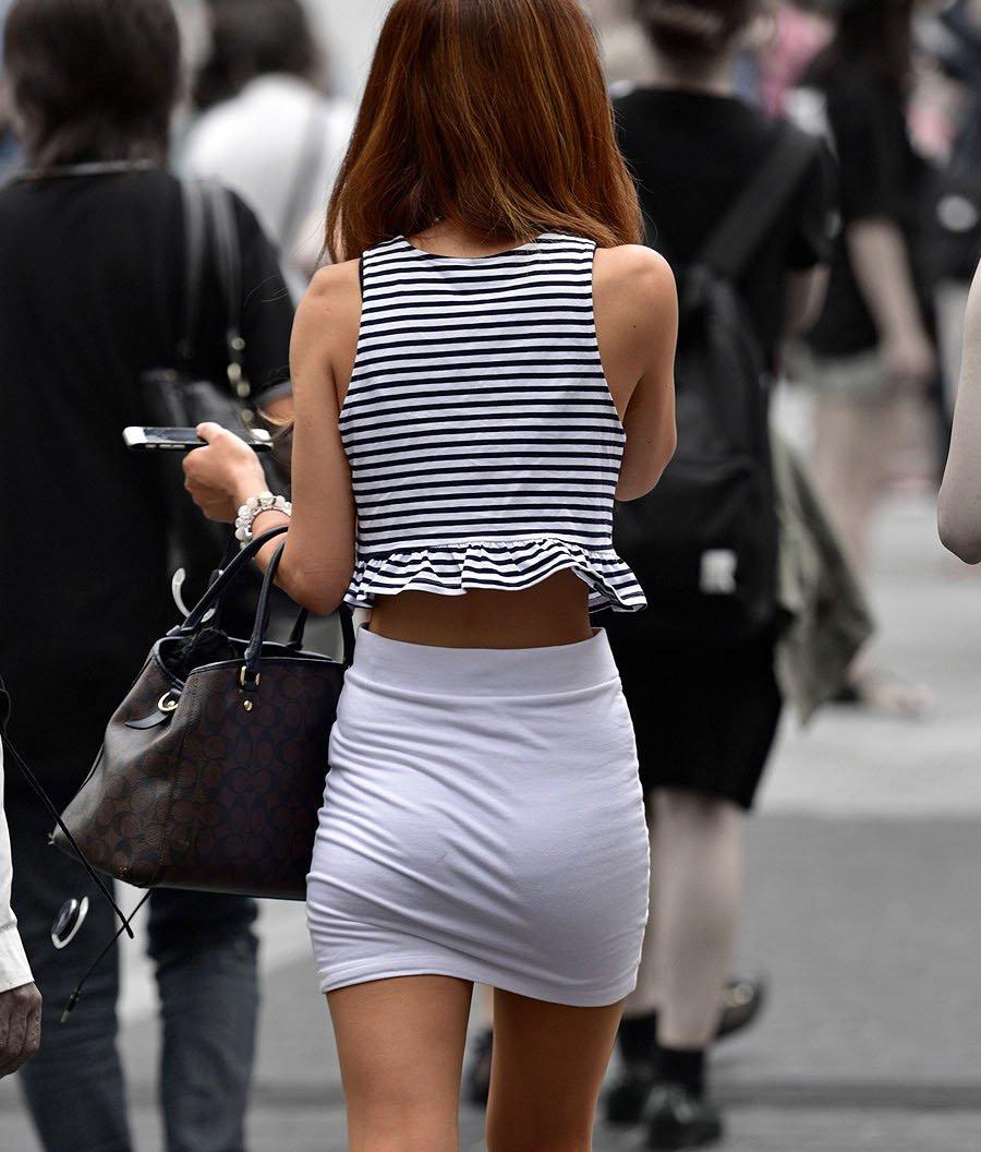 タイトスカートで尻や体のラインを強調する素人さん (1)