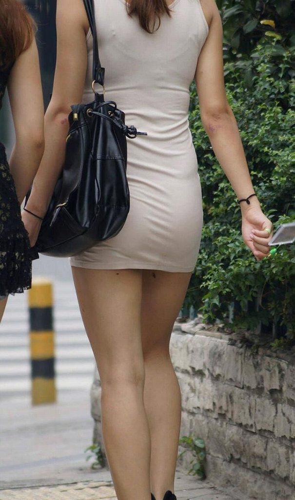タイトスカートで尻や体のラインを強調する素人さん (13)