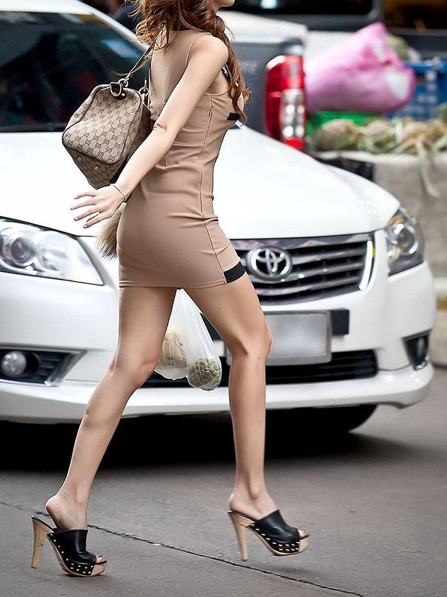 タイトスカートで尻や体のラインを強調する素人さん (11)