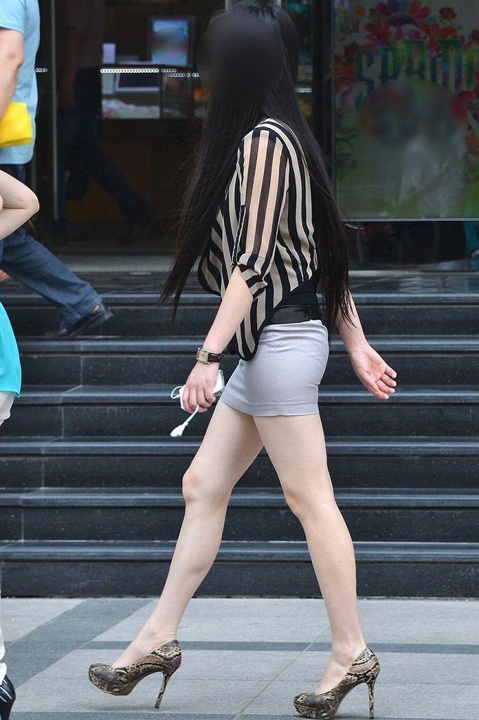 タイトスカートで尻や体のラインを強調する素人さん (14)