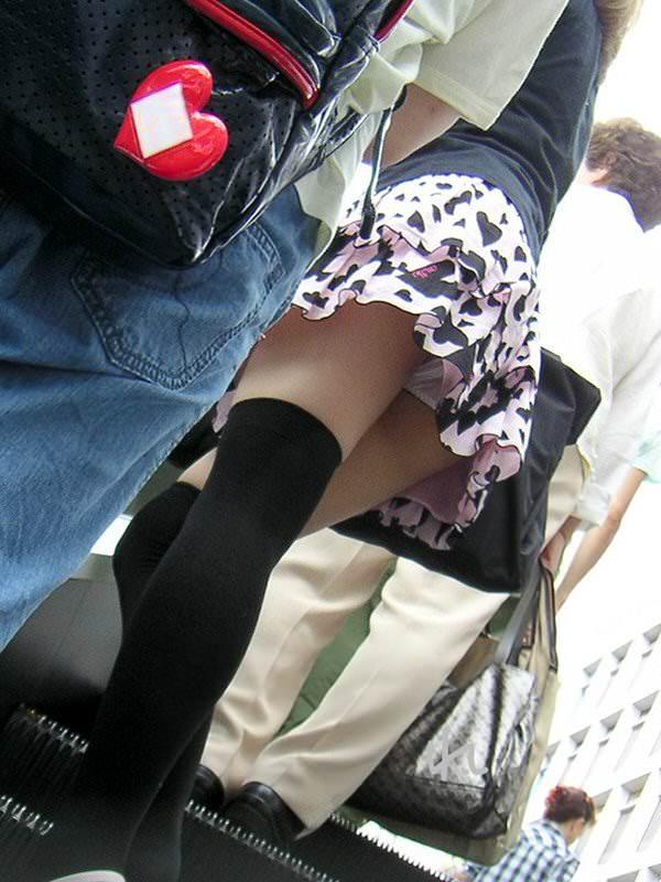 エスカレーターで見上げると女の子がパンチラしてた (9)
