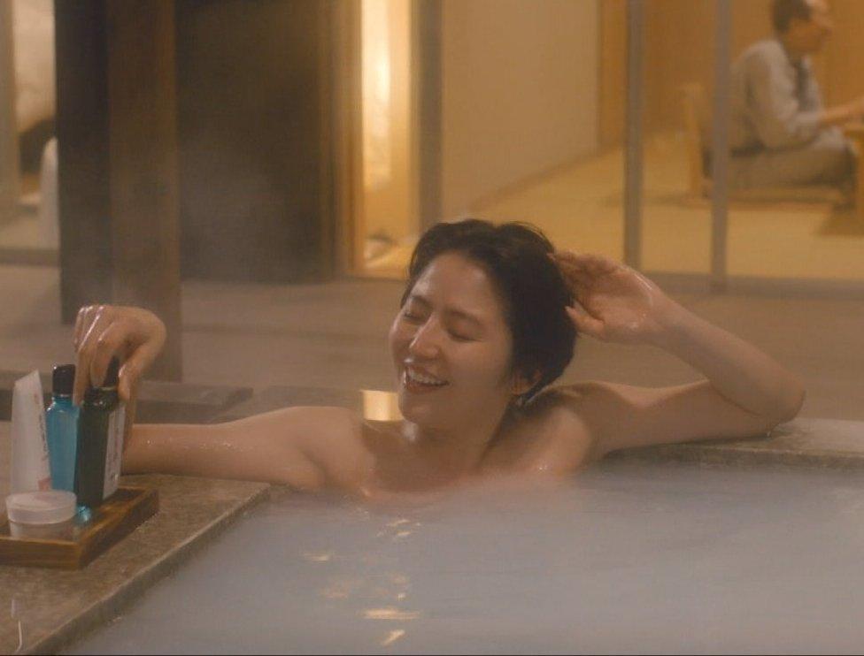 女優やアイドルが入浴するとオッパイ見えそう (14)