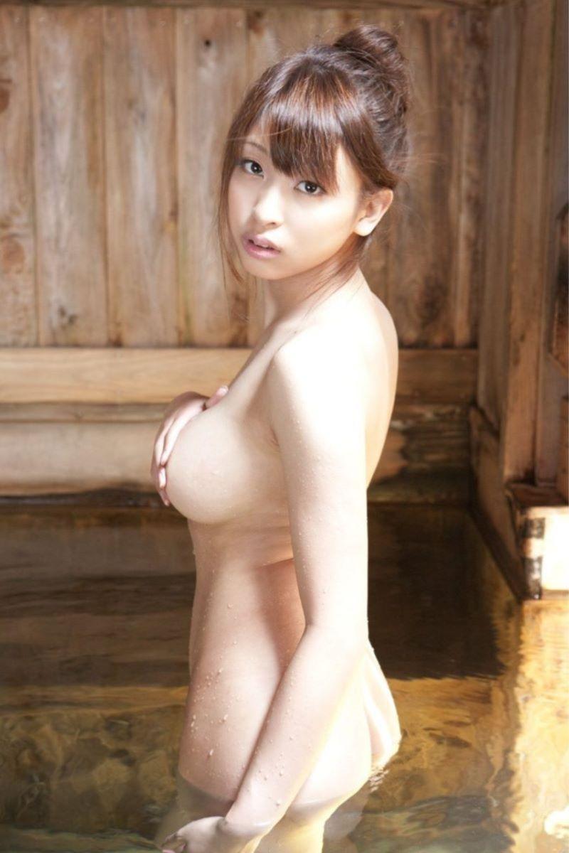 風呂に入っているナイスバディ美女 (10)
