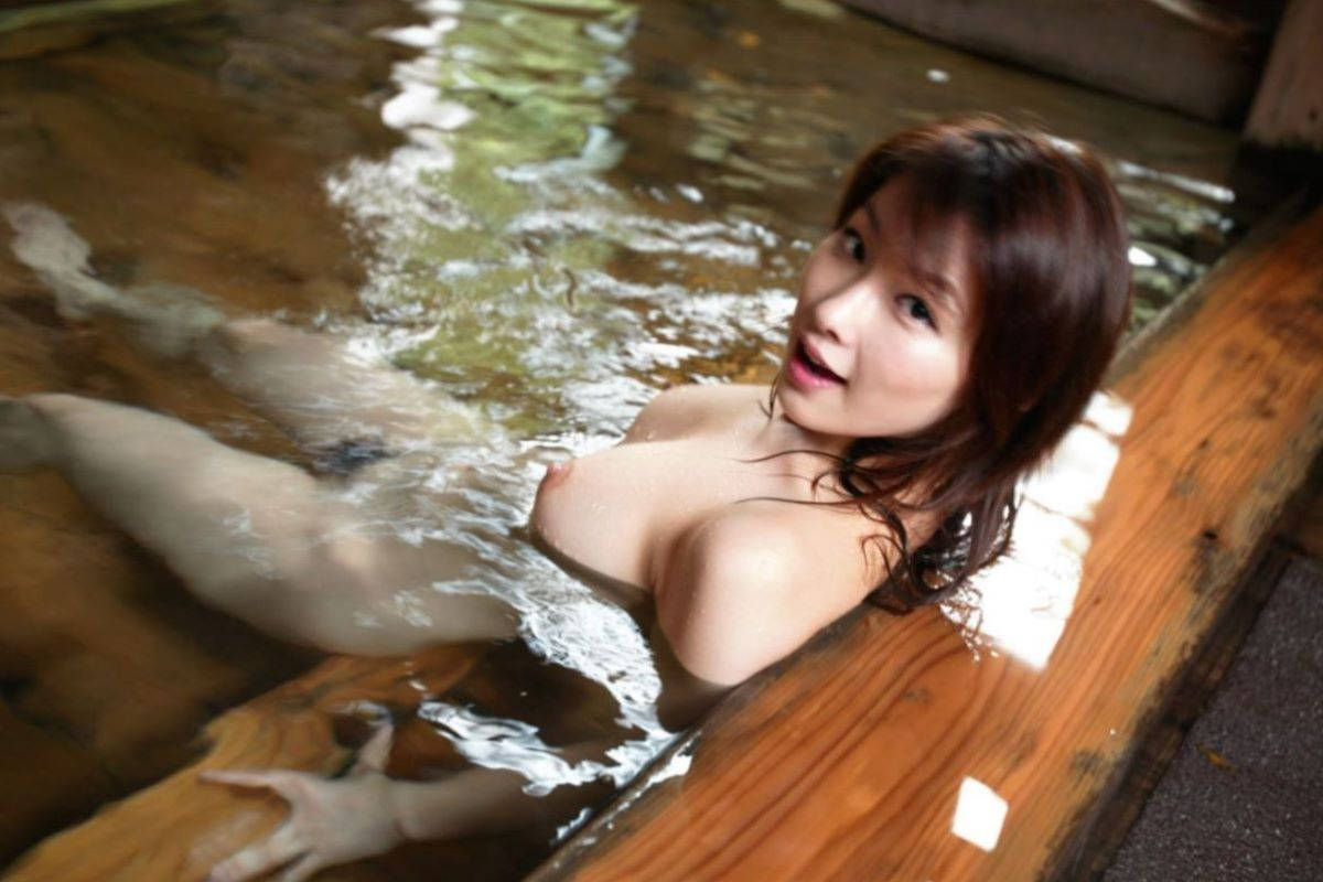 風呂に入っているナイスバディ美女 (8)