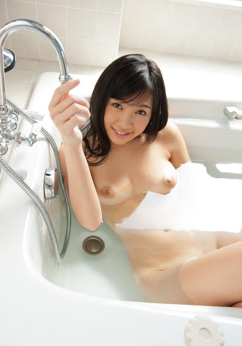 風呂に入っているナイスバディ美女 (17)