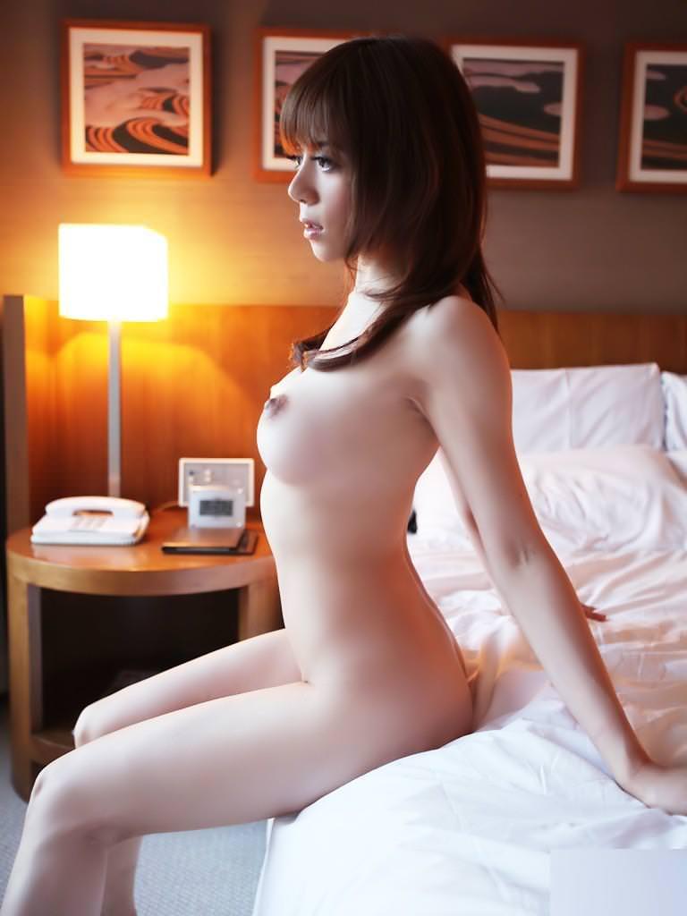 乳首が上を向いた釣鐘型の美乳 (10)