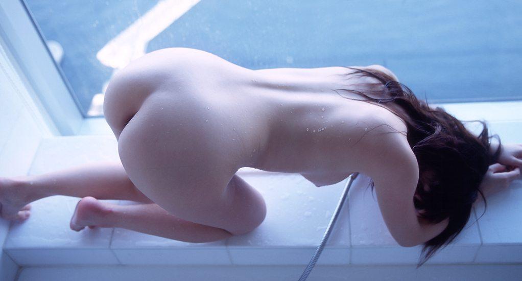 ツルツルのお尻を披露する女の子 (10)
