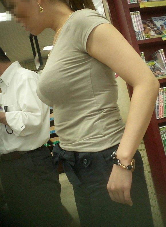 着衣状態でも巨乳だと分かるオッパイ (13)