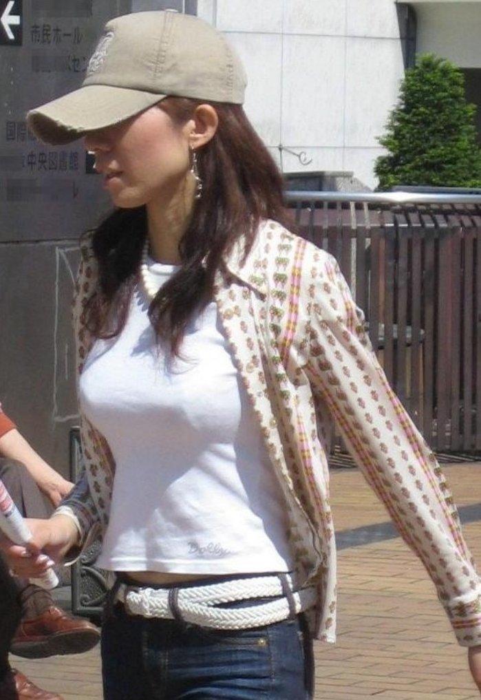 白系の洋服で巨乳も更に大きく見える (13)