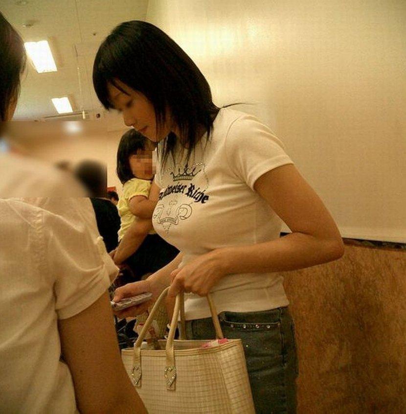 白系の洋服で巨乳も更に大きく見える (9)