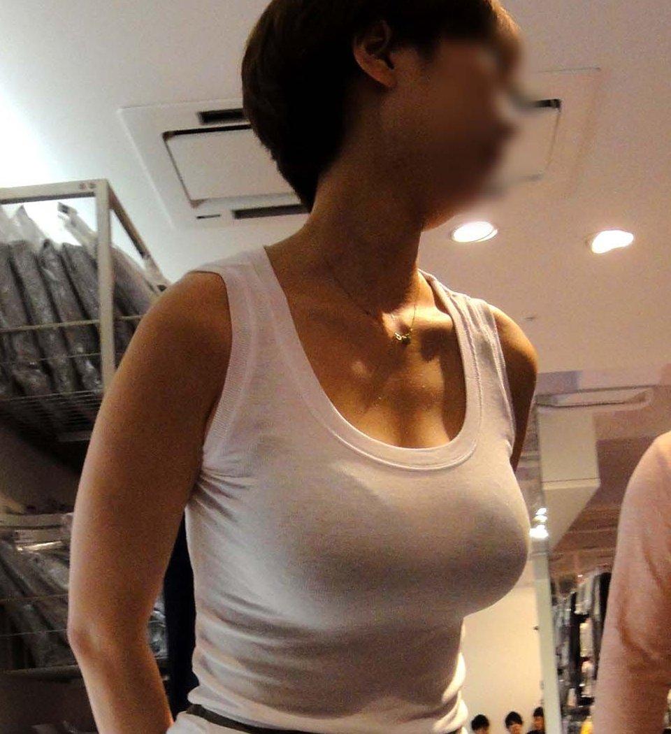 白系の洋服で巨乳も更に大きく見える (1)