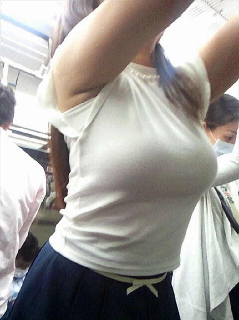 白系の洋服で巨乳も更に大きく見える (18)
