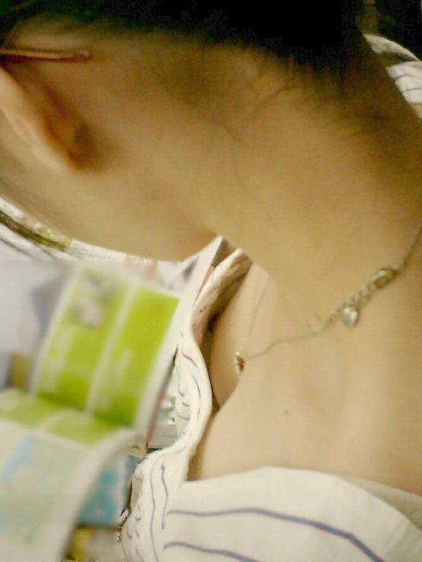 乳首がチラチラ見えている素人さん (3)