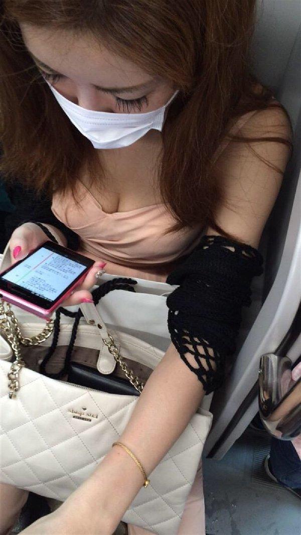 電車の中は胸チラ女性を見放題 (16)