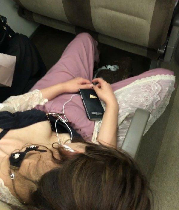 電車の中は胸チラ女性を見放題 (3)