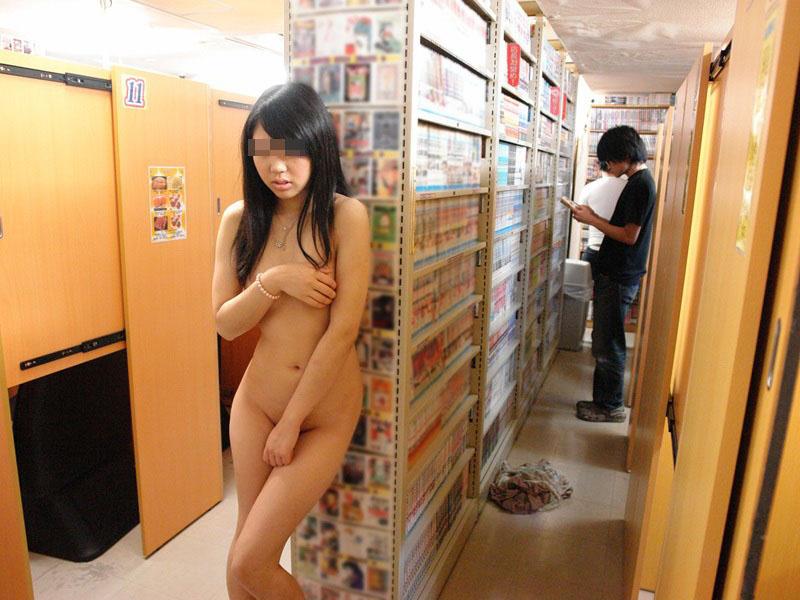 店内露出を楽しむ素人さん (6)