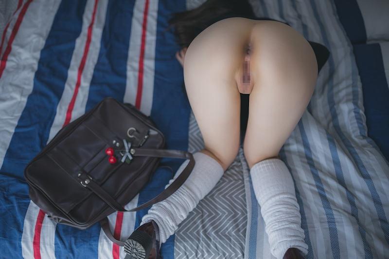 制服姿で尻を丸出しにするJK (12)