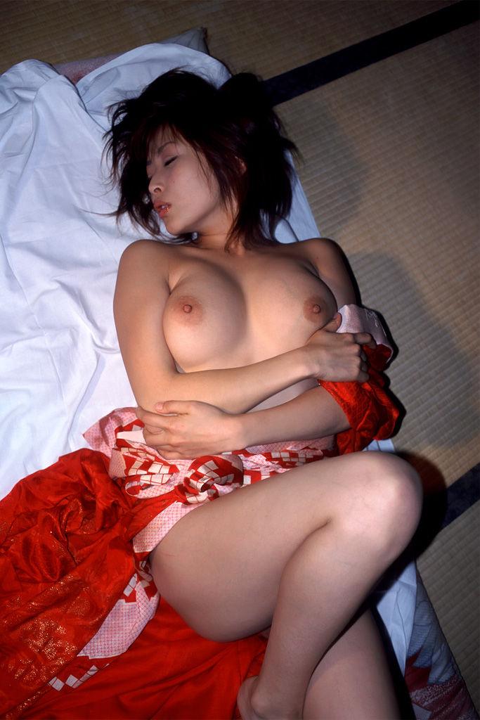和服を脱いで裸になる女の子 (5)