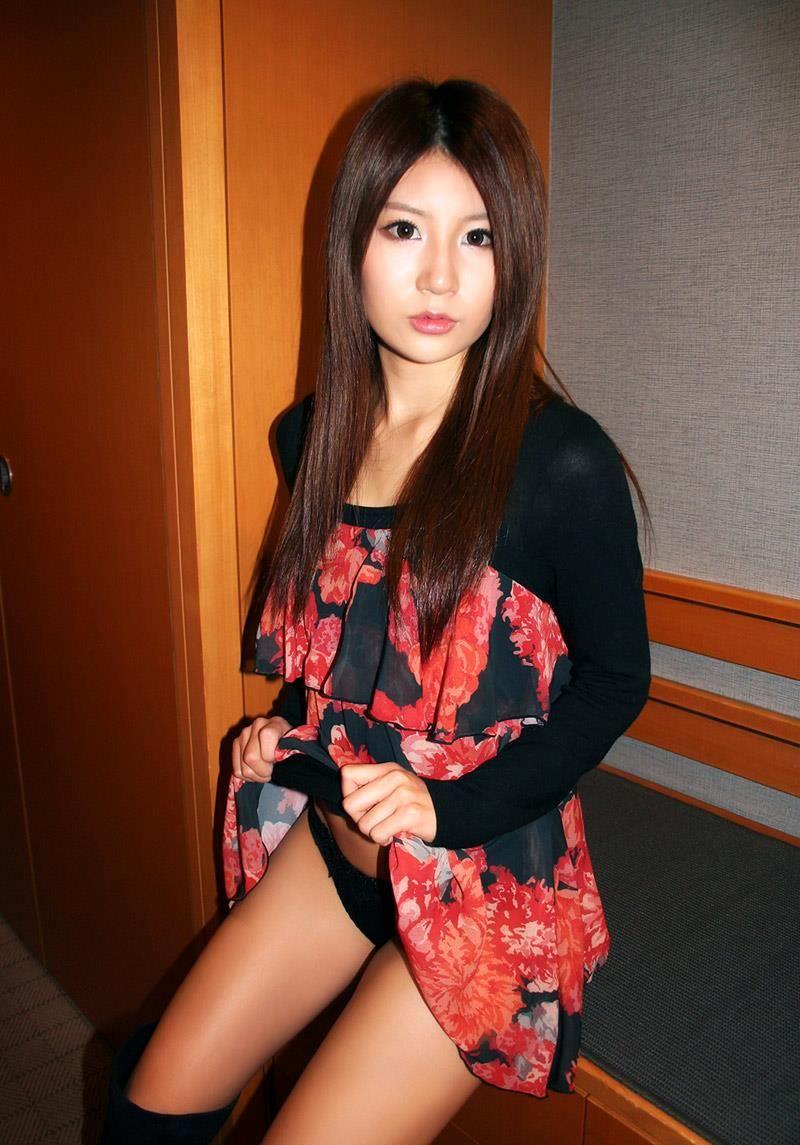 スカートを持ち上げてパンティを披露する女の子 (12)