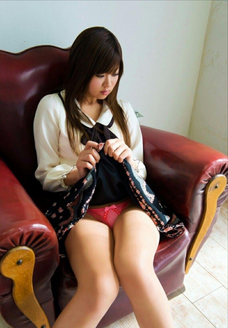 スカートを持ち上げてパンティを披露する女の子 (14)