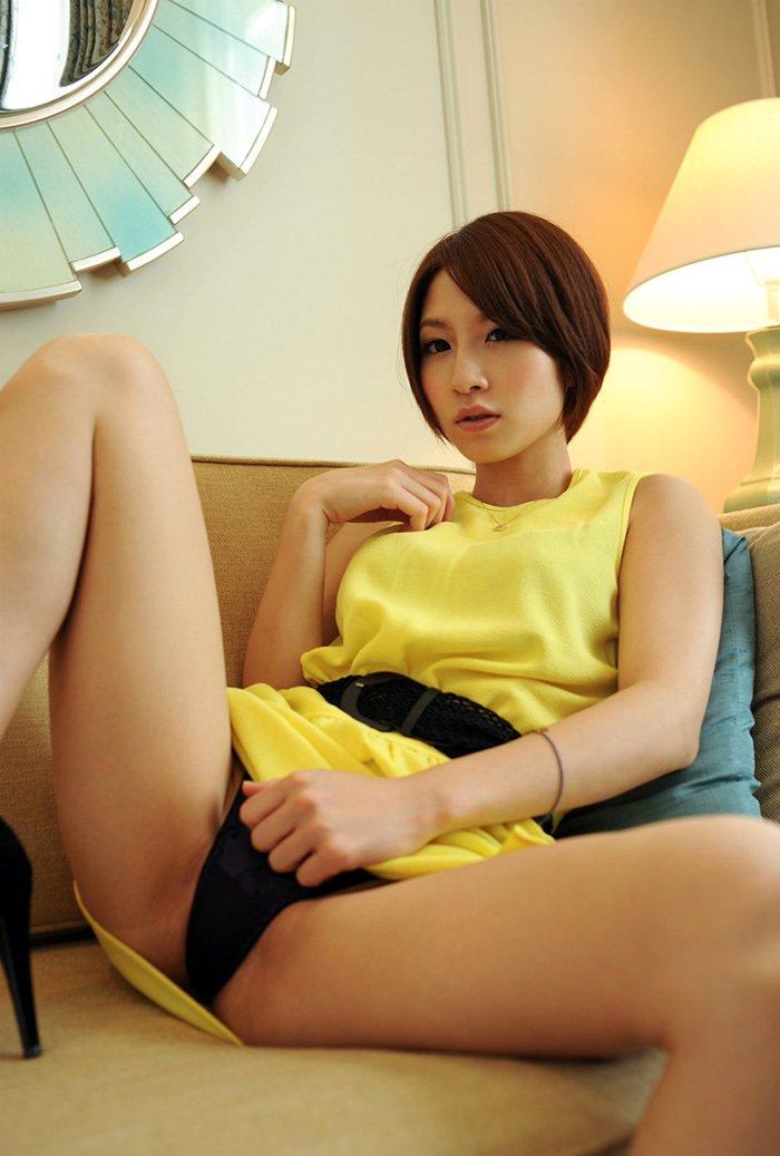 スカートを持ち上げてパンティを披露する女の子 (13)