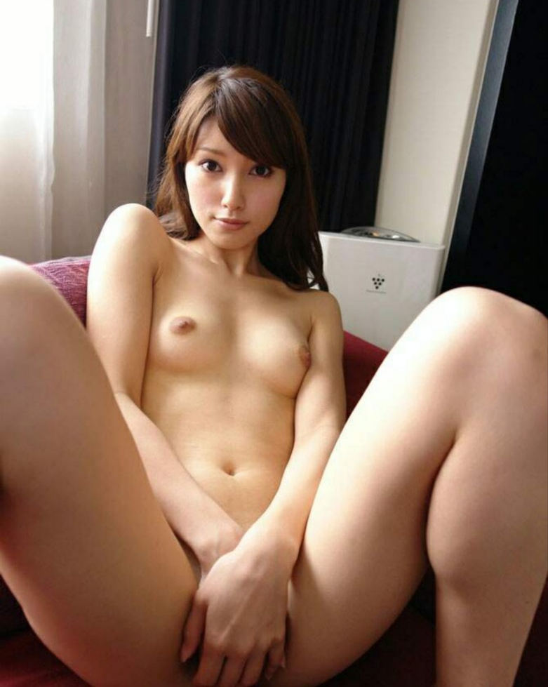 M字開脚で股間は隠す女の子 (3)