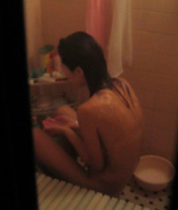 風呂に入ってる彼女や女友達を覗き見 (16)