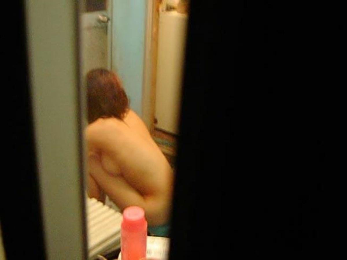 風呂に入ってる彼女や女友達を覗き見 (10)