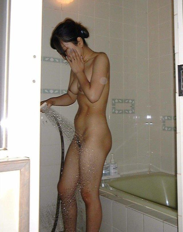 風呂に入ってる彼女や女友達を覗き見 (2)