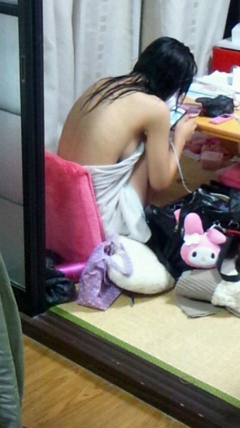 部屋でエロい格好のままウロつく彼女 (14)