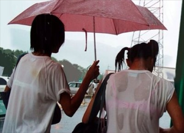 濡れた洋服からブラジャーが透けてる (2)