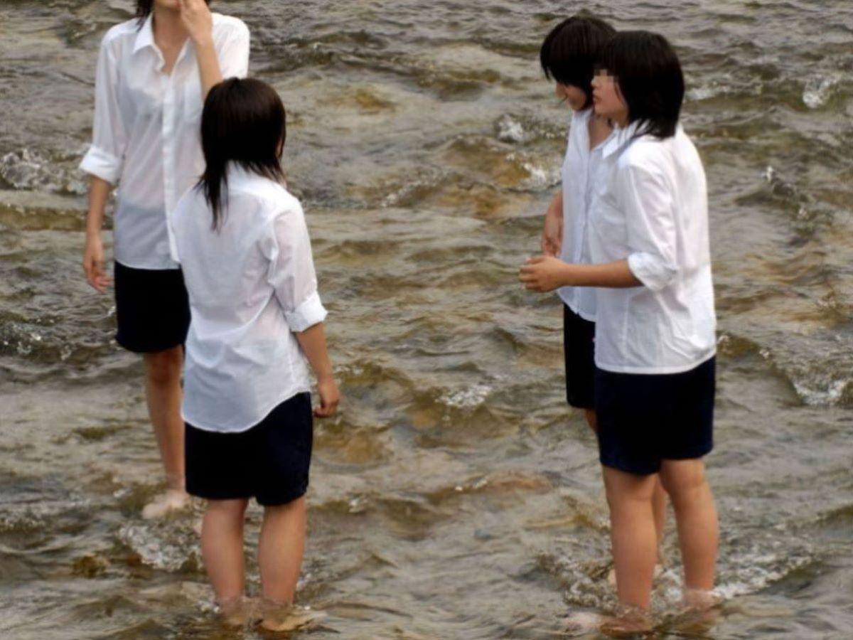 濡れた洋服からブラジャーが透けてる (7)
