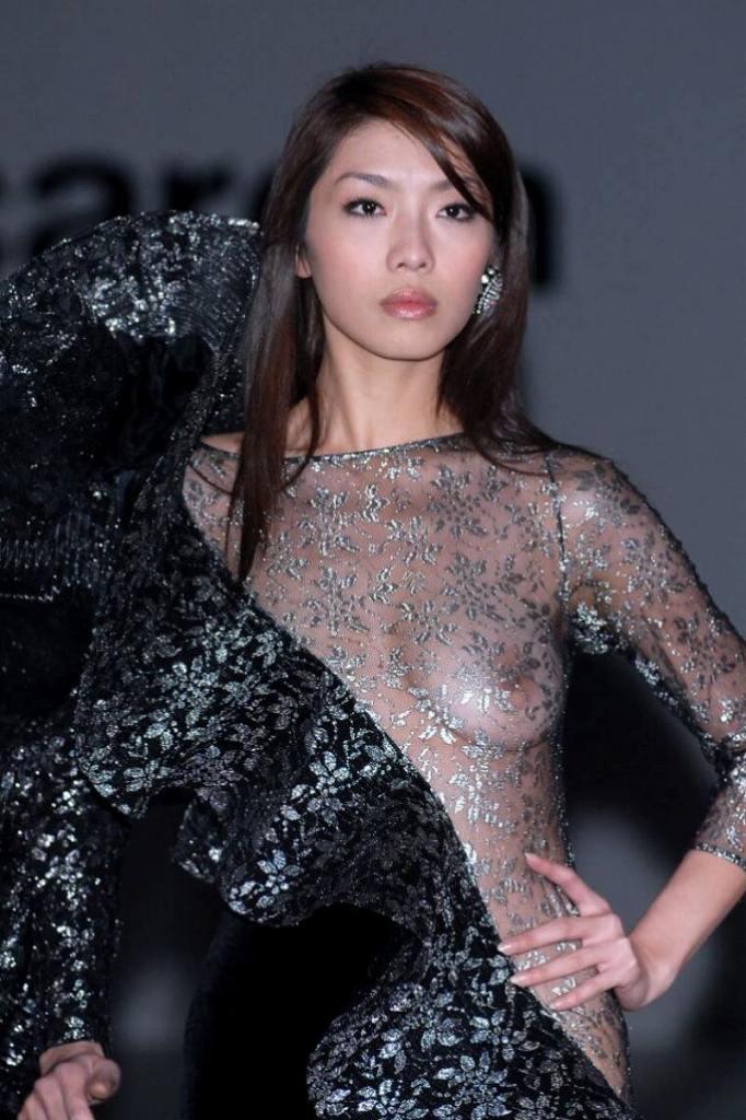 服から乳首が透けている女の子 (13)