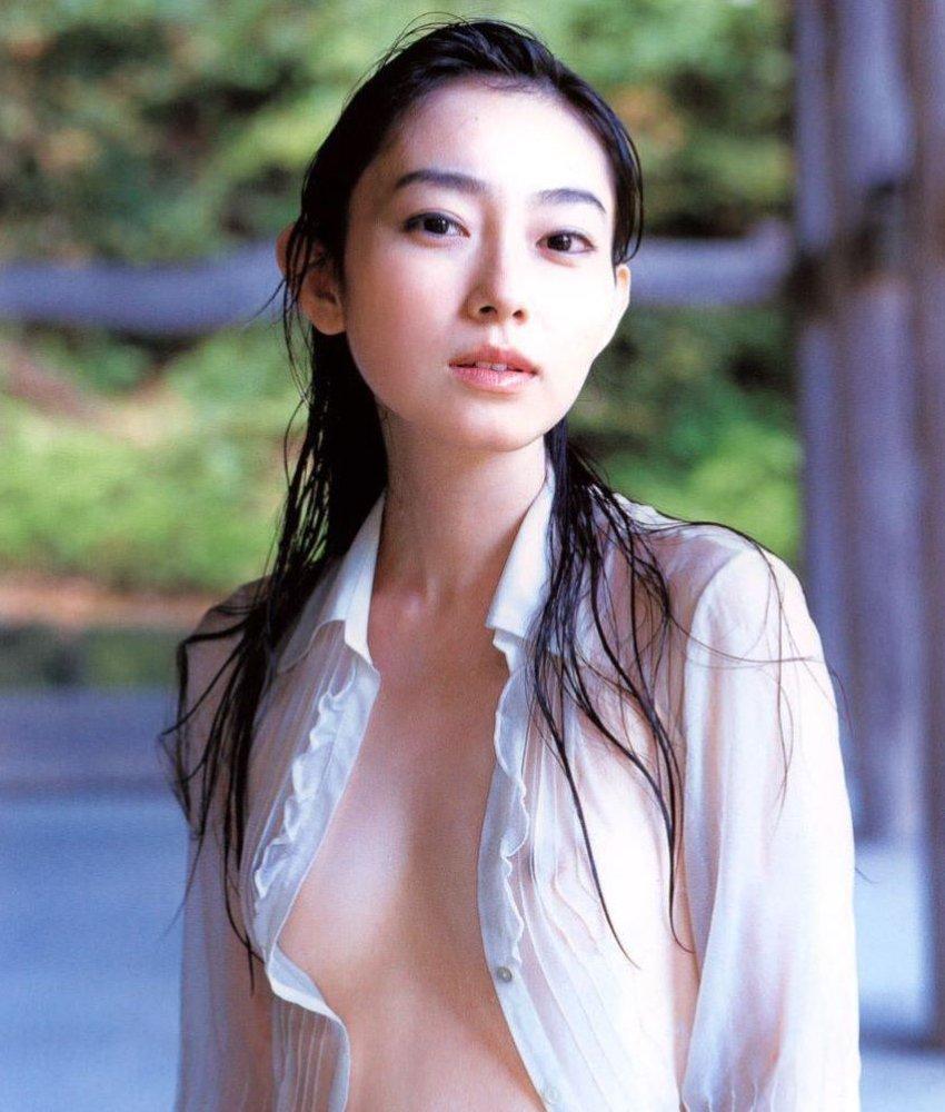 服から乳首が透けている女の子 (1)
