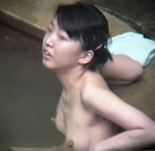 温泉に入ってるヌードの素人さん (19)