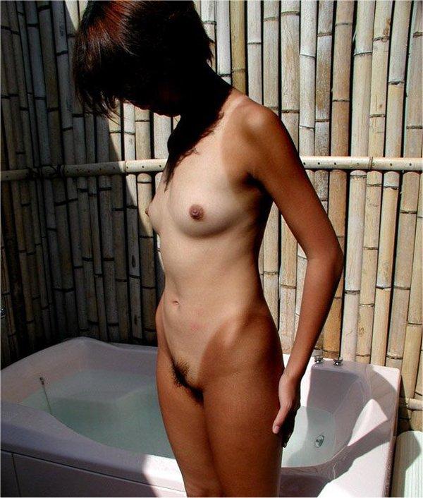 日焼け跡のコントラストがセクシーな裸 (18)