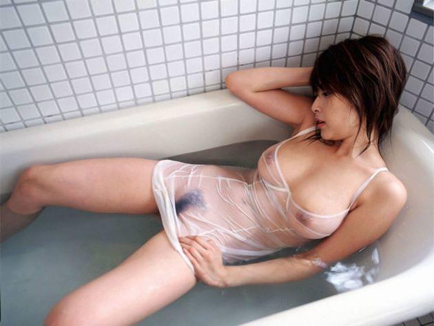 ブラやTシャツが濡れて乳首が透けてる (6)