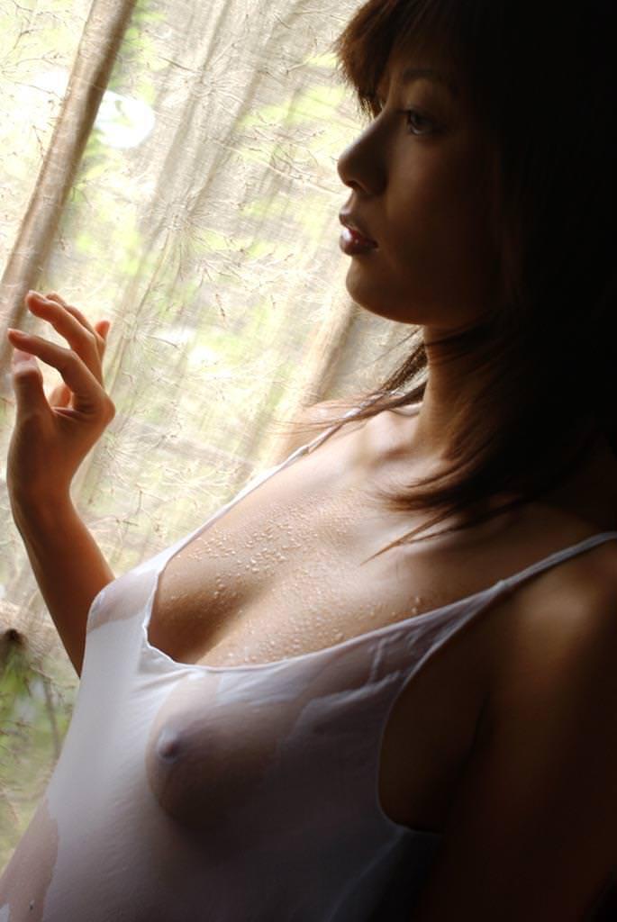 ブラやTシャツが濡れて乳首が透けてる (8)