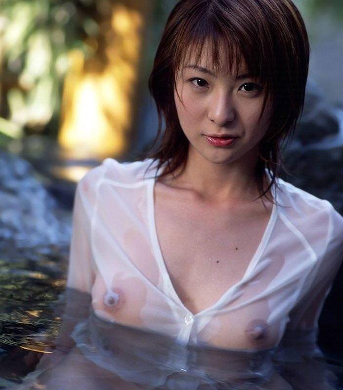 ブラやTシャツが濡れて乳首が透けてる (1)