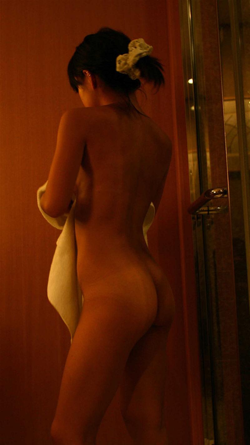 服を脱いでいる途中の素人さん (12)