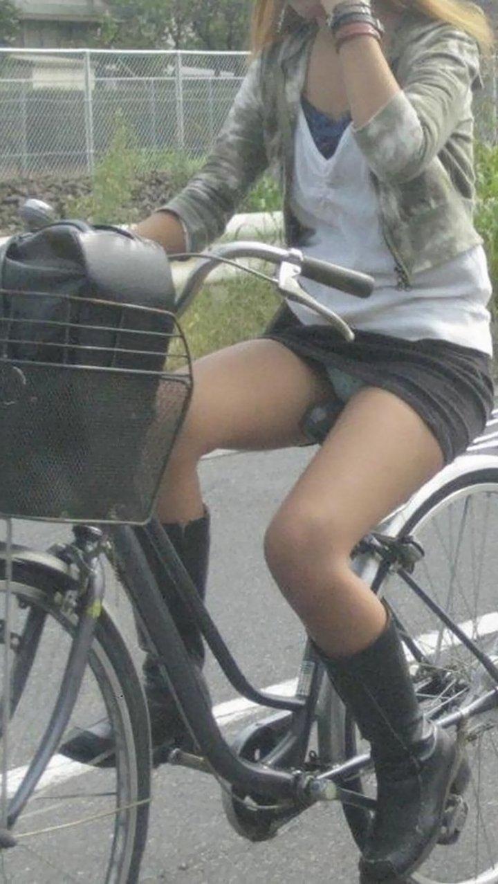 短いスカートでパンチラしまくりな素人さん (16)