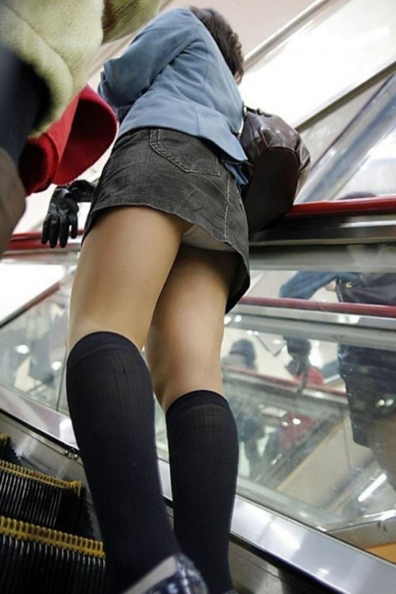 短いスカートでパンチラしまくりな素人さん (4)