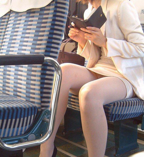短いスカートでパンチラしまくりな素人さん (20)