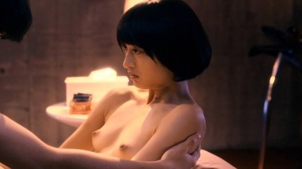 美しい女優が濡れ場でヌードになっちゃう (14)